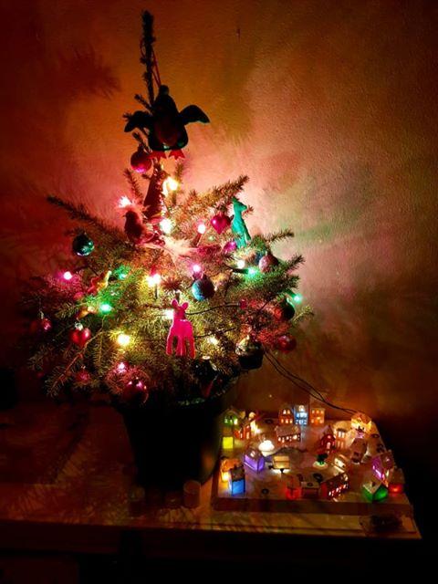 Winterdorp inspiratie met kleurenlampjes onder de boom