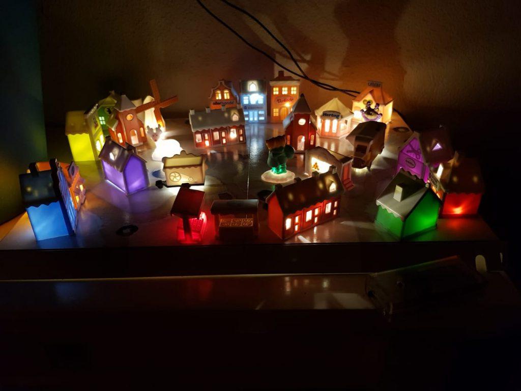 Winterdorp inspiratie met kleuren lichtjes