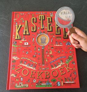 Kasteel zoekboek met vergrootglas