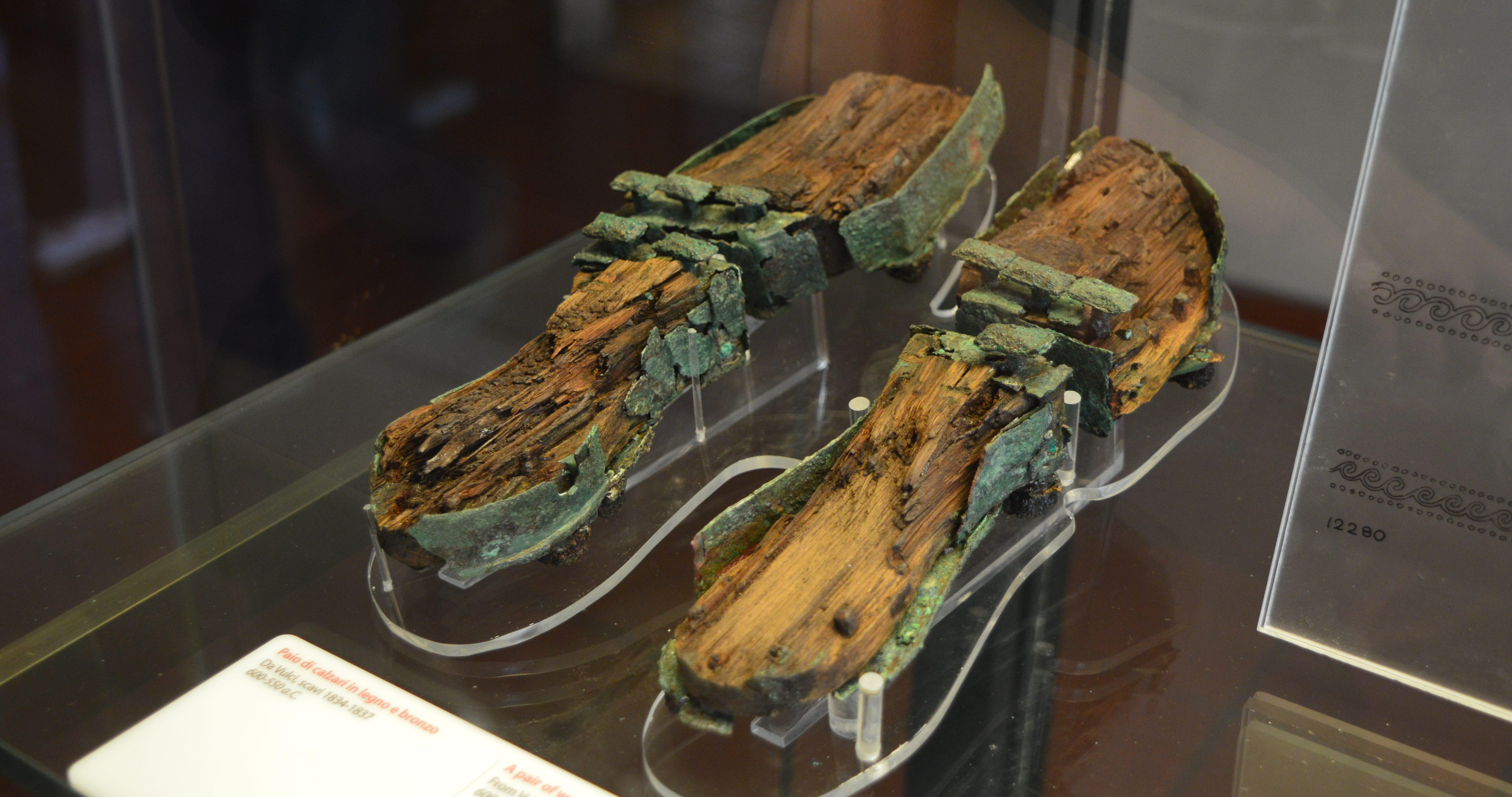 Houten / bronzen sandalen