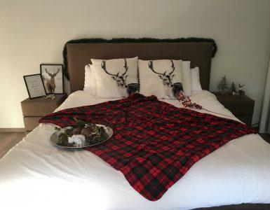 Slaapkamer Kerstmis inrichten met plaid en posters