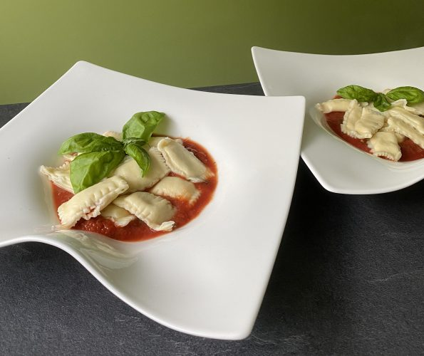 Vegetarische ravioli met zongedroogde tomaten, mozzarella en basilicum